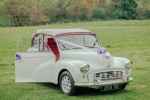 vyzdobené autíčko na vintage svatbu