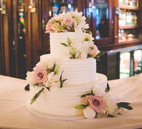 Luxusní svatební dort připraven k servírování