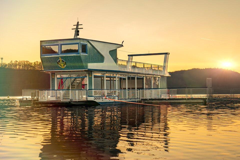 Parnik Summer Boat Music Bar pri zapadu slunce