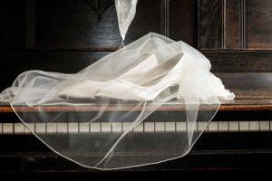 svatební botky se závojem na klavíru