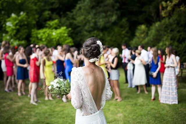 házení svatební kyticí